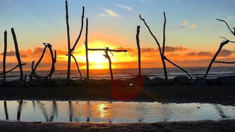 Hokitika - wild Tasman Sea and wild West Coast Beach with beautiful sunsets at Beachfront Hotel
