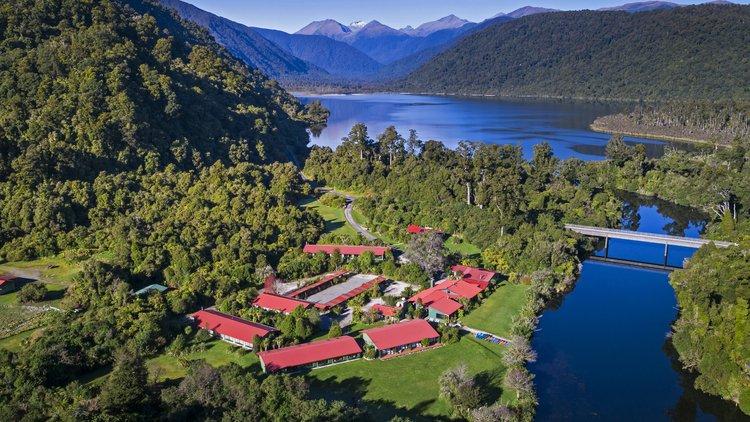 Wilderness Lodge Lake Moeraki sits on the shores of the Moeraki River in the heart of Te Wahipounamu World Heritage Area.