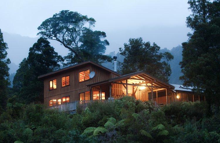 Rough and Tumble Bush Lodge at night